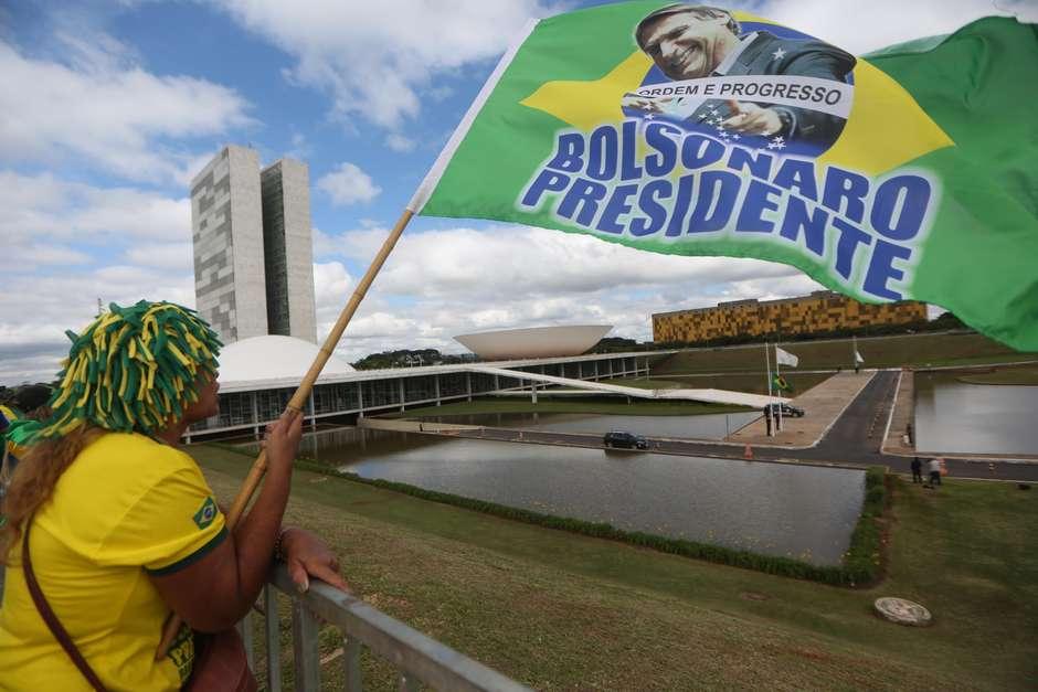 Um grupo de manifestantes pró-Bolsonaro grita pelo fechamento dos poderes executivo e legislativo durante ato em Brasília Foto: Gabriela Biló / Estadão Conteúdo