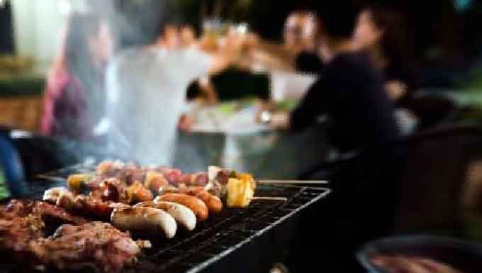 Reuniões como churrasco de fim de semana em famílias que acham isolamento 'exagero' espalham coronavírus em MS (Reprodução, Web)