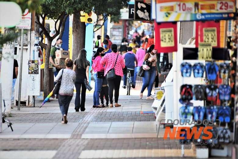 Populares andando na região central de Dourados - Crédito: Hedio Fazan/Dourados News