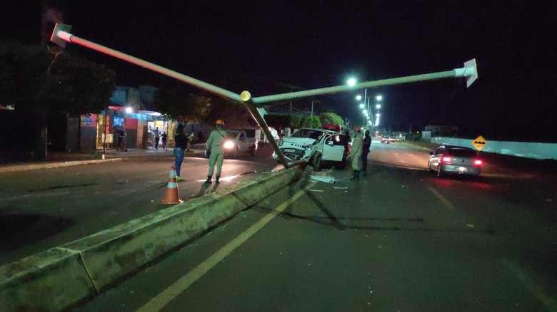 O carro invadio o canteiro da Avenida - Crédito: Osvaldo Duarte/Dourados News