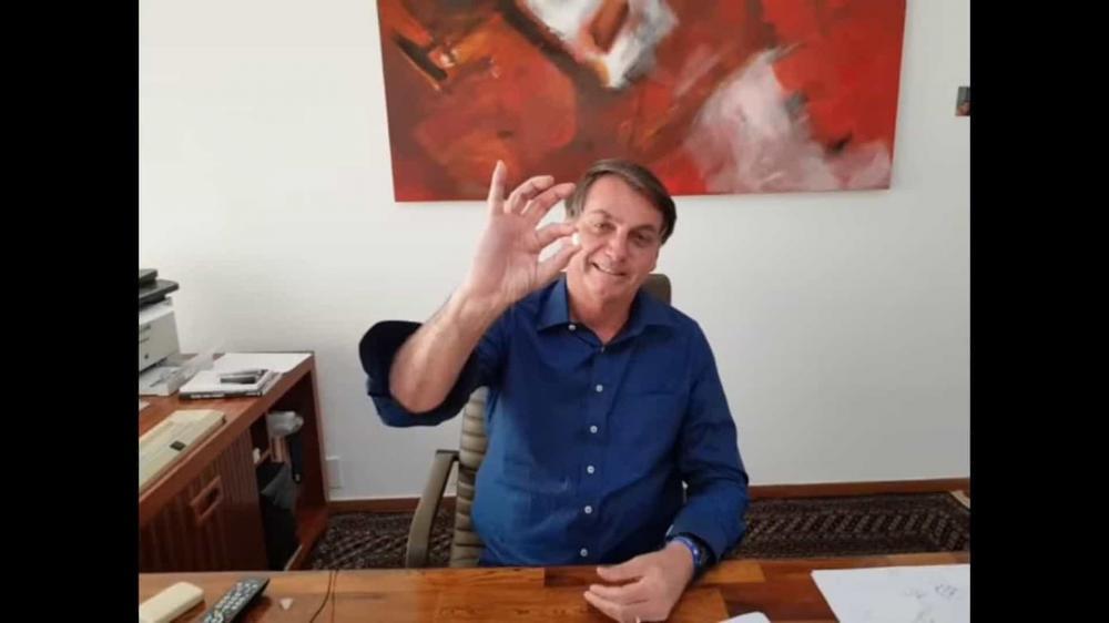 Bolsonaro toma hidroxicloroquina em vídeo:
