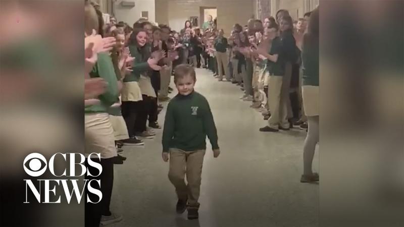 Menino termina tratamento contra leucemia e é aplaudido por colegas da escola