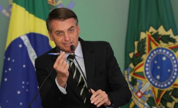 Presidente Bolsonaro assina o decreto que facilita posse de armas e faz pronunciamento