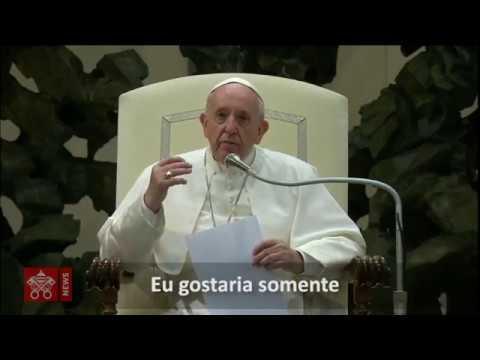Menina invade palco onde papa conduzia audiência no Vaticano; vídeo