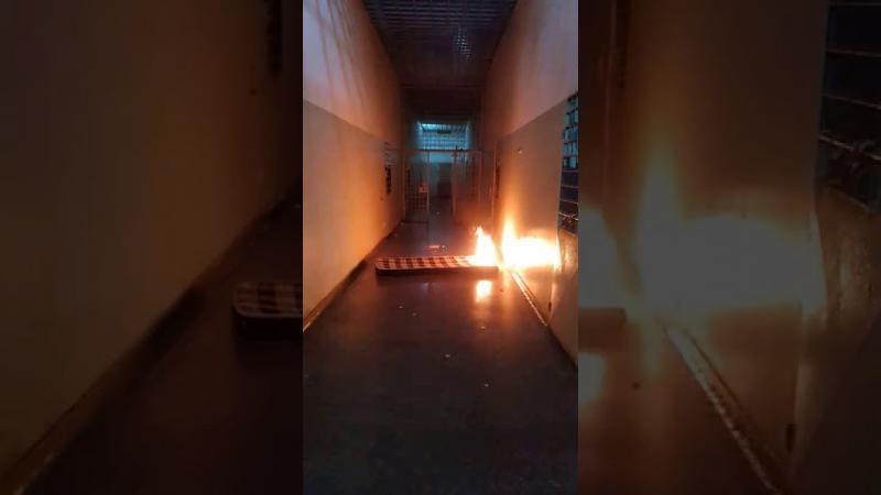 Internos 'batem grade' e queimam colchões em princípio de rebelião na Unei