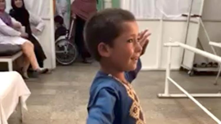 Menino dança com nova prótese na perna, e imagem viraliza