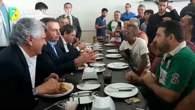 Bolsonaro surpreende e almoça com caminhoneiros no restaurante do posto de gasolina