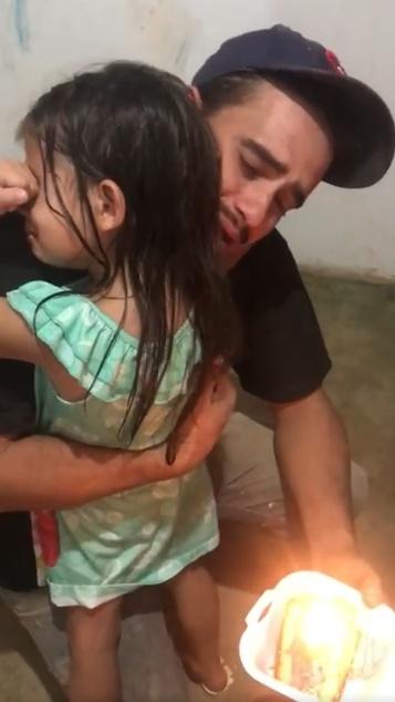 Com orçamento apertado, pedreiro compra pedaço de bolo para o aniversário da filha