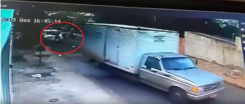 Vídeo mostra momento em que carona desce da moto e executa dono da lava-rápido no Jardim Pantanal