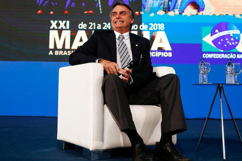 Jair Bolsonaro fala para 4.000 prefeitos e é aplaudido de pé e chamado de mito